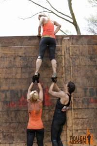 tough-mudder_berlin-walls_wall-boost_pull-up_teamwork