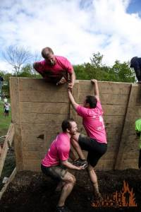 tough-mudder_glory-blades_slanted-wall-climb_pull-up_team-boost